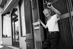 waving goodbye (vhines200) Tags: sanfrancisco 2017 broadway elderly man waving