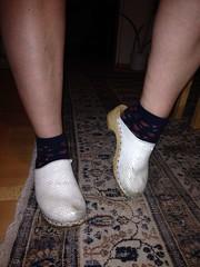 IMG_5260 (Bluemscher) Tags: woman beautiful socks sox socken jeans clogs frau mules sanita woodenshoes klompen sabots zuecos zoccoli klogs holzschuhe holzschuh berkemann clox holzklepper holzclogs klox kloks zoggeli holzlatschen töffler toeffler standardclogs soeckchen holzsandale standardtoeffler walkonwood holzpantoffel holzklappern holzklepperle