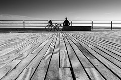 Io e il mare (Varigotti SV) (Ondablv) Tags: varigotti mare riflettere riflessioni mirare rimirar muro bianco nero uomo sun day man street foto immagine immagini canon 70d image images photo photos ondablv photography eos canon70d eos70d canoneos70d