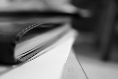 y coucher ses peines... (glookoom) Tags: bw blackandwhite bokeh noiretblanc gris monochrome livre journal