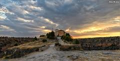 Puesta de sol en la Ermita de San Frutos (Segovia) (Jose Manuel Cano) Tags: puestadesol sunset segovia españa spain paisaje landscape ermita snfrutos nikond5100 sol sun nube cloud