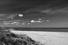 Strandausblick (Lichtabfall) Tags: inselpoel poel strand beach ostsee meer sea seascape landschaft himmel sky wolken clouds wasser schwarzweiss monochrome sw bw blackandwhite blackwhite mecklenburgvorpommern landscape einfarbig