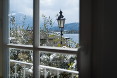 Winter im April (Chris Buhr) Tags: tegernsee winter landschaft winterlandschaft landscape snow april laterne fenster window leica m10 chris buhr see lake