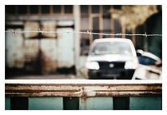 jailed car (08dreizehn) Tags: 08dreizehn auto badenwuerttemberg badenwürttemberg deutschland europa europe fahrzeug olympusm45mmf18 olympusomdem10markii reutlingen rost thomashassel tor zaun allemagne car clôture fence gate germany nullachtdreizehn rouille rust voiture