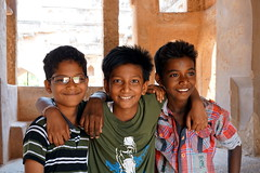 friends portrait (simon-r-) Tags: hampi india 2017 asia inde indien karnataka kids boys youth children portrait enfants kinder fun lovely colour friendship childhood travel life people photography documentary unesco worldheritagesite april الهند sony alpha ilce 5000