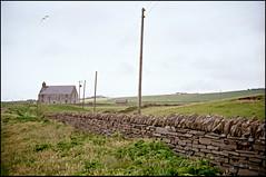 1994-06-26-0020.jpg (Fotorob) Tags: hoogspanningsmast kust anoniem kerk kerkenkerkonderdeel wandelen water travel architecture schotland religieuzegebouwen analoog nutsbedrijf boerderijmolenbedrijf scotland architectura architectuur orkney