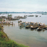 Huế 1968 - Phà dã chiến ghép tạm, đưa dân chúng qua sông Hương. thumbnail