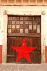 Portn (Juasch) Tags: street door wood red mxico d50 star calle puerta madera nikon guanajuato estrella roja por