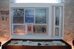Αριστερά, βιτρίνα 2: Μακέτες σκηνικών και κοστουμιών από τις παραστάασεις θεατρικών έργων του Καζαντζάκη. Τέσσερα έργα του Γιώργου Ανεμογιάννη.