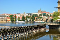 Prague : View from Smetanovo nb (Pantchoa) Tags: statue river nikon prague czechrepublic nikkor charlesbridge vltava stvituscathedral moldau stnicolas d90 bedichsmetana 1685f3556gedvr vision:beach=085 smetanovonb