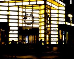 Strahlende Nacht (floressas.desesseintes) Tags: urban berlin shopping schatten radiant nachtaufnahme schattenspiele quartier206 berlinmitte lichtundschatten friedrichstrase shoppingpassage