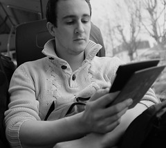DSCF2752 (sergedignazio) Tags: street paris france bus photography blackwhite frankreich noir photographie nb lecture rue francia blanc homme reportage フランス vif humain 法国 tablette humaniste франция x100s