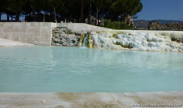 Piscina superior con la cascada de agua caliente cayendo directamente