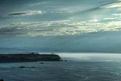 Mar en calma azul (ccc.39) Tags: asturias gozón verdicio cantábrico mar calma rayos nubes atardecer costa agua niebla sea seascape sunset coast