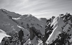 Mont Blanc Rencontres au sommet - Meeting at the Summit - Gipfeltreffen (CHAM BT) Tags: montagne neige sommet alpinisme escalade ascension hiver glace rocher cordee alpiniste cosmique montblanc chamonix hautesavoie arrete mountain snow summit alpinism climb winter ice rock alpinist ridge team top winterbeauty