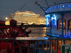 Louisiana Star u.Regal Princess (Torsten schlüter) Tags: deutschland hamburg elbe dock wasser blau rot schiffe raddampfer landungsbrücken