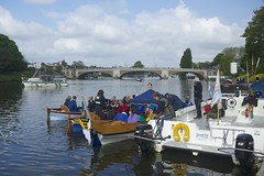TP40 (EmmaDurnford) Tags: tudorpull 2017 hamptoncourtplace molesey teddington riverthames watermen annual rowing event palaces stela watermanscompany gloriana thamestraditionalrowingcompany flags pennants royalarms henryv111 king tudors livery boats vessels teams