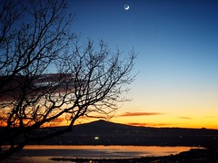 moon over trasimeno (paddy_bb) Tags: travel olympusomd paddybb wasser 2016 umbria italy sunset trasimenolake water sky italien umbrien trasimenischersee