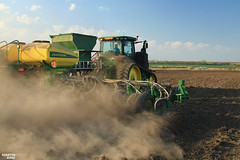 Spring Work 2017- Corn Planting | JOHN DEERE (martin_king.photo) Tags: springwork2017 cornplanting johndeere johndeere8370rt tractractor johndeere1775nt 16row planter tractor spring work 2017 trees greenworld mais maize corn huge machine all everything servis tschechische republik powerfull martin king photo agriculture machines strong agricultural greatday great czechrepublic sky welovefarming agriculturalmachinery farm workday working modernagriculture landwirtschaft beast dust dustmaker dry