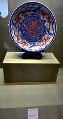 DSC_0498 (H Sinica) Tags: suzhoumuseum 蘇州博物館 suzhou 蘇州 museum 清 乾隆 抺紅青花 海水龍紋 盤