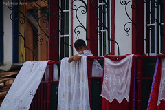 DSC_2264 (pepeouropreto) Tags: sacada balcony child boy criança toalhas procissao procession
