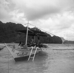 Clydemike bangka (Arne Kuilman) Tags: ilford fp4plus 6x6 mediumformat holiday elnido palawan philippines filipijnen vakantie scan epson v600 lunch break pause stop beach yashica635 yashica tlr