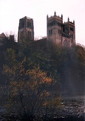 (sftrajan) Tags: autumn england fall architecture durham cathedral britain 1987 hill towers kathedrale catedral medieval unescoworldheritagesite cathdrale angleterre otoo romanesque domkerk masterpiece kathedraal durhamcathedral cattedrale medival