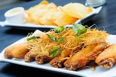 ปีกไก่ทอด พร้อมตะไคร่สับทอดกรอบโรยหน้า สุดอร่อยจากร้าน be3cafe