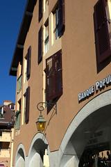 Annecy, rue Ste-Claire, arcades (Ytierny) Tags: france annecy vertical architecture commerce arcade fenêtre ville façade lampadaire hautesavoie vieilleville volet artère ruesteclaire alpesdunord venisesavoyarde ytierny