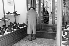 Le dandy âgé (Paolo Pizzimenti) Tags: film commerce paolo olympus boutique f18 italie homme omd chaussures argentique vente em1 doisneau élégance 17mm ravenne m43 âgé mirrorless vilenie