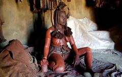 Femme de la tribu Himba (Voyages Lambert) Tags: elephant tiger lion leopard zebra giraffe botswana tigre okavango windhoek himba girafe twyfelfontein namibie zebre kaokoland zambeze deltaokavango flamantsroses chutesvictoria desertnamib parcetosha parcchobe