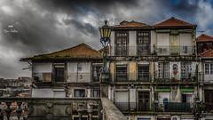 Le balcon (Fred&rique) Tags: lumixfz1000 photoshop raw hdr porto portugal ville architecture maisons toits balcons lampadaire éclairage nuages ciel