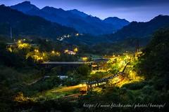 夜行車 (Benzyu) Tags: 望古車站 夜行車 平溪線火車 風景 夜拍 平溪 十分 sigma85mmf14art 星芒 車軌 疊圖