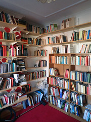 2017_04_080002 (Gwydion M. Williams) Tags: coventry britain greatbritain uk england warwickshire westmidlands chapelfields sirthomaswhitesroad books bookshelves