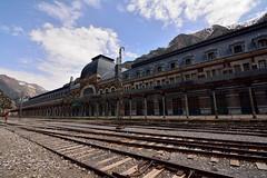 Estación de Canfranc 02, Huesca (mixtli1965) Tags: estación canfran huesca aragón spain railes nubes montaña ferrocaril tokina1116mmf28 nikon d7100 station train railway arquitectura pirineos