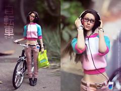 自転車ガール (-Sebastian Vargas -コスミカラー-) Tags: phicen kumik bike bicycle mini manga shingeki no kyojin nendoroid bicicleta girl tan morena asian pink hoodie headphones jpop otaku anime glasses