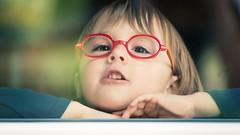 - Il est où le Soleil, Papa ? Dans ton cœur ma fille ... - (Frank Gautier) Tags: portrait nature soleil reflet vitre porte lunettes enfants fille coeur mains cheveux 16 9 nikon d800 nikkor 70 200 mm