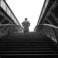 L'homme au chien (Bernard Chevalier) Tags: street portrait people chien paris chapeau pont posture escalier ville homme marches