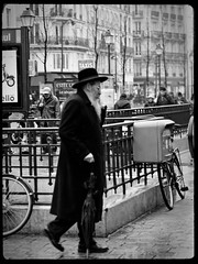 Le rabbi de Saint Paul (Paolo Pizzimenti) Tags: paris film 50mm paolo mtro pluie olympus dxo f2 rabbi saintpaul zuiko vlo argentique e5 parapluie doisneau boitelettre