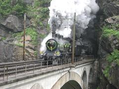 Dampfzug mit SBB Dampflokomotive A 3/5 705 + SBB Dampflok C 5/6 2978  Elefant bei auf der oberen Meienreussbrücke nach dem Leggisteinkehrtunnel bei Wassen auf der Gotthard Nordrampe der Gotthardbahn im Kanton Uri in der Schweiz (chrchr_75) Tags: hurni christoph schweiz suisse switzerland svizzera suissa swiss chrchr chrchr75 chrigu chriguhurni chriguhurnibluemailch albumfest125jahregotthardbahn 125 jahre 2007 eisenbahn bahn train treno zug dampflokomotive dampfmaschine dampflok locomotora vapor паровоз vapeur steam vapore 蒸気機関車 stoomlocomotief albumdampflokomotiveninderschweiz kantonuri kanton uri gotthard nordrampe gotthardbahn albumbahnenderschweiz juna zoug trainen tog tren поезд lokomotive lok lokomotiv locomotief locomotiva locomotive railway rautatie chemin de fer ferrovia 鉄道 spoorweg железнодорожный centralstation ferroviaria