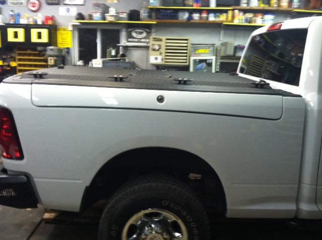 aluminum closed garage s pickuptruck hd ram discontinued diamondback diamondplate tonneaucover rambox truckbedcover dr09 passengersideview dr09rb lightgrayorsilvertruck blacklinex ruggedblack heavydutytruckbedcover