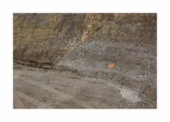 Cible (hélène chantemerle) Tags: excavation terre caillou signe travaux urbain orange roadworks city urban ground