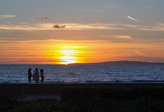 Sunset talks (yshija) Tags: spanien balearischeinseln balearen mallorca 201702mallorca playa beach sunset sonnenuntergang menschen talking himmel meer mittelmeer
