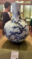 DSC_0482 (H Sinica) Tags: suzhoumuseum 蘇州博物館 suzhou 蘇州 museum 清 雍正 青花 天球瓶 釉紅