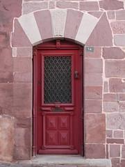Saint-Jean-Pied-de-Port, Pyrénées Atlantiques: Rue de la Citadelle. (Marie-Hélène Cingal) Tags: france sudouest aquitaine nouvelleaquitaine pyrénéesatlantiques 64 bassenavarre saintjeanpieddeport porte porta puerta door tür