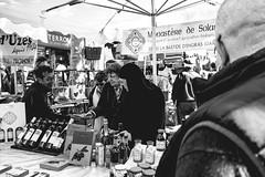 Je vend mon vin sur le marché d'Uzes (Alfred Jensen) Tags: uzès canon80d marché marchéduzès gard efs1022mm noiretblanc