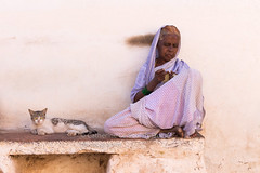 EVENING. Badami (Cathy Le Scolan-Quéré Photographies) Tags: inde india karnataka muslim woman femme musulmane crochet assise henné chat cat sari saree blanc white