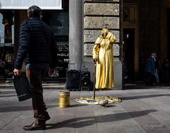 LEVITAZIONE ? - DSC_2086 (papamillo) Tags: papamillo nikkor18140 nikond5300 milano milanostreetphotoartistidistrada lombardia italia allaperto street streetartist levitazione