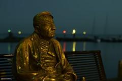 Volendam sculpture (marcootero_) Tags: sculpture gold volendam netherland dutch holland sunset sea lake escultura men fisherman sailor reflects highlights