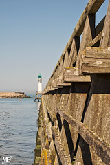 "le ponton DxOFP KE100_DSF3144 (mich53 - thank you for your comments and 3,5M view) Tags: fujifilm xt1 xf1655mmf28rlmwr france calvados maréebasse phare ponton perspective mer paysage constructionenbois ""ebbe"" leuchtturm perspektive meer landschaft ""holzbau"" lowtide headlight pontoon sea landscape woodenconstruction mareabaja faro pontón perspectiva mar paisaje laconstrucciónconmadera deauville"